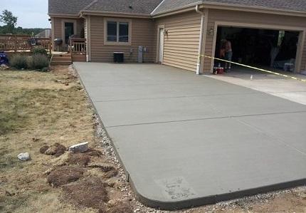 Бетонирование двора частного дома: достоинства данного покрытия