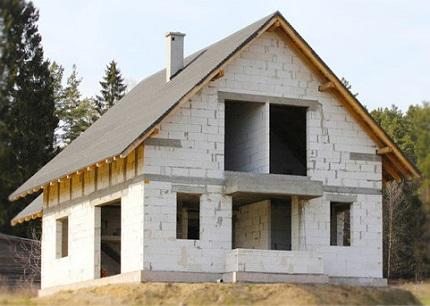 Строительство домов из пенобетона: преимущества стоойматериала перед аналогами