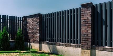 Достоинства оград из металлического штакетника и способы монтажа
