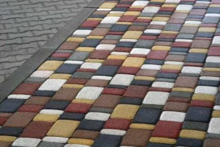 Какими достоинствами обладает вибропрессованная тротуарная плитка и как выполняется ее укладка