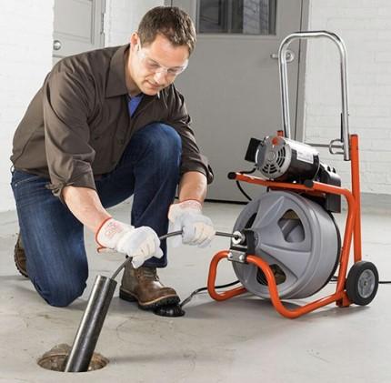 Наиболее действенные методы прочистки канализации и правила, которых необходимо придерживаться в работе