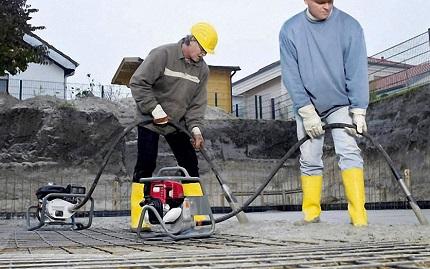 Технология уплотнения бетона посредством применения вибраторов: правила и порядок действий