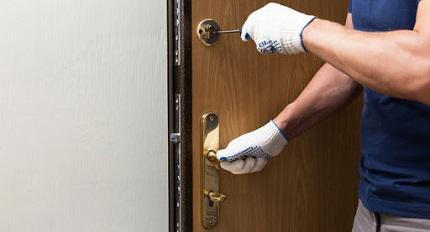 Установка дверного замка в стальную конструкцию двери: важные моменты