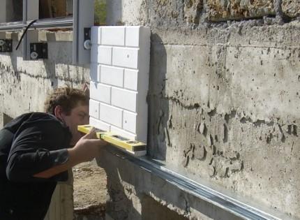 Преимущества пенопласта как утеплителя для фасада и правила работы с ним