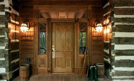 Технология установки входной двери в деревянном доме: правила и порядок действий
