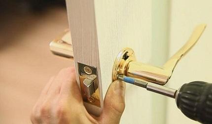 Как самостоятельно провести замену дверной ручки в межкомнатной двери